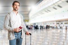 Hombre que espera en un aeropuerto Foto de archivo libre de regalías