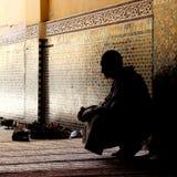 Hombre que espera en una mezquita Fotografía de archivo