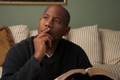 Hombre que estudia la biblia Fotografía de archivo