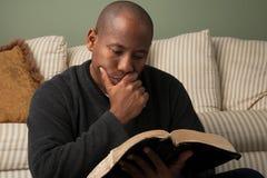 Hombre que estudia la biblia Imagenes de archivo