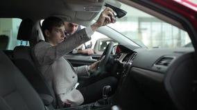 Hombre que examina el interior del coche almacen de video