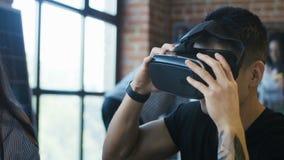Hombre que explora el modelo tridimensional de la casa en gafas almacen de video