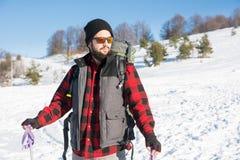 Hombre que explora la montaña nevada Foto de archivo libre de regalías