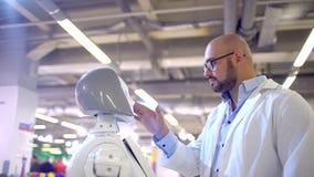 Hombre que expresa amor a un robot femenino robot y sensaciones humanas de las emociones Tecnologías robóticas modernas robot del almacen de metraje de vídeo
