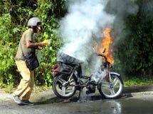 Hombre que extingue el fuego Imagen de archivo libre de regalías