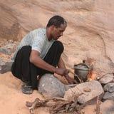 Hombre que fija el fuego en el desierto imágenes de archivo libres de regalías