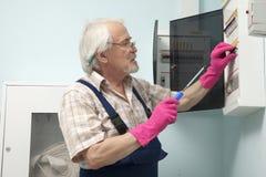 Hombre que fija el metro de la luz eléctrica Imagen de archivo libre de regalías