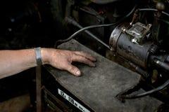 Hombre que fija la máquina vieja Foto de archivo libre de regalías