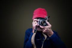 Hombre que fotografía con su cámara de la película del vintage Imagen de archivo libre de regalías