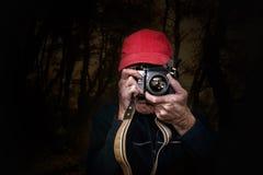 Hombre que fotografía con su cámara de la película del vintage Fotografía de archivo