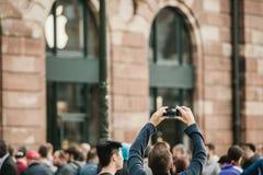 Hombre que fotografía el lanzamiento del iPhone Imagen de archivo libre de regalías