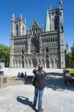 Hombre que fotografía la catedral Strondheim de Nidaros Fotografía de archivo libre de regalías