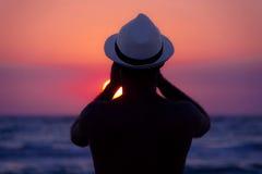 Hombre que fotografía la puesta del sol Foto de archivo libre de regalías