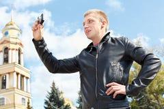 Hombre que fotografía las atracciones de la ciudad Imagen de archivo