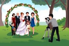 Hombre que fotografía a una familia en una boda Imagenes de archivo