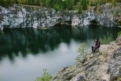 Hombre que fotografía una hermosa vista del acantilado Imagen de archivo
