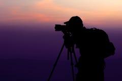 Hombre que fotografía en la parte superior de la montaña Foto de archivo