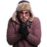 Hombre que frota sus manos juntas al calentamiento Fotos de archivo libres de regalías