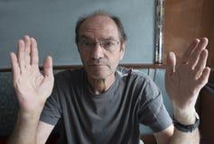 Hombre que gesticula con las manos Imágenes de archivo libres de regalías