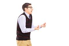 Hombre que gesticula con sus manos que expresan dolor Foto de archivo