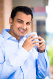 Hombre que goza de la bebida en balcón exterior Fotos de archivo