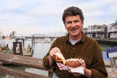 Hombre que goza de la sopa de pescado Foto de archivo libre de regalías