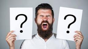 Hombre que grita, emoción Pregunta del hombre Varón con el grito de la emoción, signos de interrogación Hombre de griterío Conseg foto de archivo libre de regalías