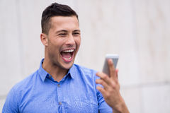 Hombre que grita en el teléfono móvil Imagen de archivo libre de regalías