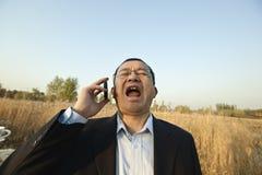 Hombre que grita en el teléfono Fotos de archivo libres de regalías