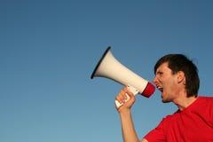 Hombre que grita a través del megáfono Fotografía de archivo libre de regalías