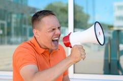 Hombre que grita a través del megáfono Imagen de archivo libre de regalías