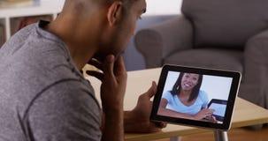 Hombre que habla con el colega del negocio en la tableta Imagen de archivo
