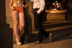 Hombre que habla con la prostituta Imagen de archivo libre de regalías
