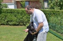 Hombre que habla con su perro Imagen de archivo