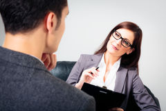 Hombre que habla con su psicólogo Imagen de archivo