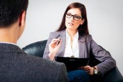 Hombre que habla con su psicólogo Fotografía de archivo
