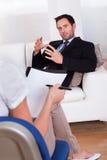 Hombre que habla con su psiquiatra Foto de archivo libre de regalías