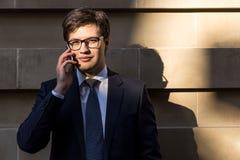 Hombre que habla en el teléfono al aire libre Imagen de archivo
