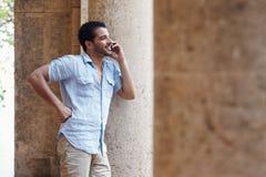 Hombre que habla en el teléfono celular Imagenes de archivo
