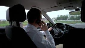 Hombre que habla en el teléfono celular en coche almacen de metraje de vídeo
