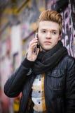 Hombre que habla en el teléfono móvil al aire libre Fotos de archivo