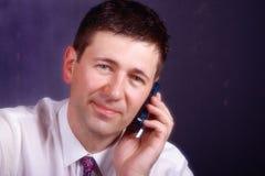 Hombre que habla en móvil fotos de archivo