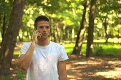 Hombre que habla en smartphone fotografía de archivo