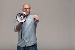 Hombre que habla sobre un megáfono imagenes de archivo