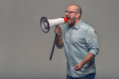 Hombre que habla sobre un megáfono fotos de archivo