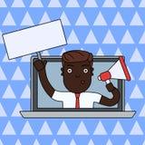 Hombre que habla a través de la pantalla del ordenador portátil con el megáfono en una mano y placa en blanco con la manija en ot libre illustration