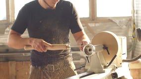 Hombre que hace artesan?a en madera en carpinter?a Trabajo del carpintero sobre el tabl?n de madera en taller Concepto de peque?a almacen de metraje de vídeo