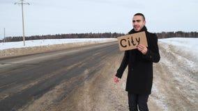 Hombre que hace autostop en la carretera nacional del invierno y que pide que alguien pare almacen de video