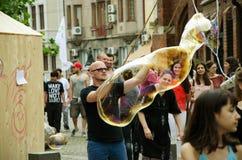 Hombre que hace burbujas de jabón Fotos de archivo