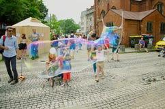 Hombre que hace burbujas de jabón Imagen de archivo libre de regalías